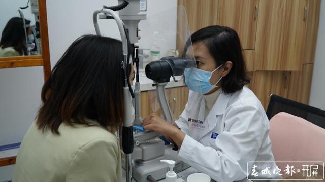 春城晚报报道:援鄂天使摘镜记 | 6分钟 华山眼科助她重获清晰
