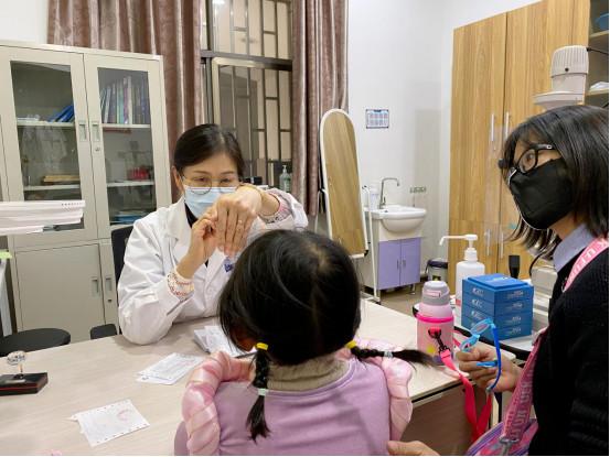 华山眼科配合五华区疾控中心深入学校开展青少年近视防控活动